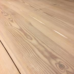 Sælger dette hjemmelavede runde plankebord. Bordet er behandlet med en hvid mat lak. Der er runde træben på, men det er muligt at købe et sort metal stel til bordet, da benene ikke er sat permanent fast.   Mål:  Diameter: 130 cm Højde 76 cm.