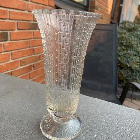 Høj pokalformet vase i presset glas findt dekoreret. Perfekt til lidt høje buketter og grene.Højde 20 cm og diameter 10cm. Pris kr 65