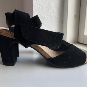 Smukke hæle i ruskind fra Billi Bi sælges. Aldrig brugt. Fra røg- og dyrefrit hjem. Kom med et bud 😊