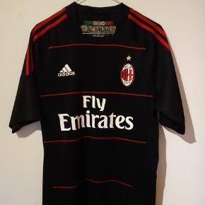 3. trøje for AC Milan i sæsonen 10/11 med Robinho bag på.   Tags: fodbold, fodboldtrøje, fodboldtrøjer...