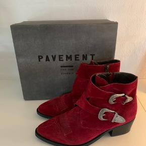 Pavement støvler sælges   De er en størrelse 39  De er brugt få gange og står som nye  Nypris var 1100 DKK Prisforslag: 600 DKK  Kom gerne med et bud eller spørg for mere information 😊  Kan sendes idag📦