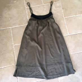 Army grøn kjole med sort læder kant - fin stand, kom gerne med realistisk bud 👚