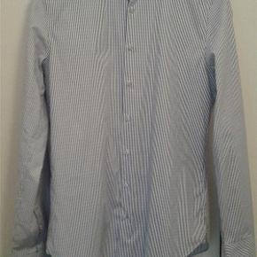 Varetype: Mænd skjorte Farve: Se billeder Oprindelig købspris: 899 kr.  Lækker ubrugt skjorte fra Michael Kors.  Størrelse 41/16 slim fit.  Uden tags.  Sendes med DAO ( forsikret forsendelse )  Kan afhentes i Rødovre.  MOBILEPAY foretrækkes.  PRISEN FORHANDLES IKKE.