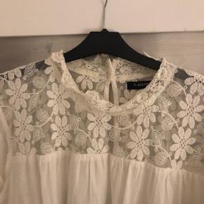 Varetype: Kortærmet Farve: Hvid Oprindelig købspris: 249 kr.  Lækker blonde skjorte str. 40. Brugt og vasket en gang, så den er i fin stand.