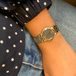 Overvejer at sælge dette helt faktiske ur fra Gucci købt igennem modeblogger og model Brigida Martinez (derfor ingen kvittering eller andet, men 100 % ægte). Jeg husker det som at uret har kostet 13.000,- plus/minus. Uret er brugt, men i fin stand. Nærmest ikke brugt efter køb, da det er til den lille side til mig :). Uret passer et xs håndled og jeg har ikke selv haft held med at kunne købe nye led gennem smykkeforretninger. Trænger til et nyt batteri. Venligst ikke nogen skambud.