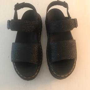 Super fede dr. Martens sandaler-brugt 1 gang, så fremstår som helt nye. De er sorte med glimmer.