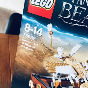 LEGO Harry Potter - Newts kuffert med magiske væsner- 75952  Sættet er komplet med manualer, kasse og samtlige brikker (har været åbnet og samlet en enkelt gang)  Gør magien levende i dette fantasy-rige Åbn LEGO Harry Potter - Newts kuffert med magiske væsner, og oplev eventyr med magiske skabninger!  Træd ind i LEGO Fantastiske skabninger  og magiske væsner – der er plads til alle! Hjælp Newt med at tage Jacob, Tina og Queenie med på en rundtur til de forskellige magiske skabningers levesteder, og lær dem at passe erumpenten, okamyen, tordenfuglen, niffleren og buetrullen. Få masser af sjov med Fantastiske skabninger ved at udforske, blande eliksirer og passe de magiske væsner.