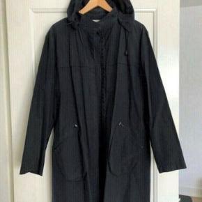 Sort vindjakke med hætte og små tryklåse fra Vila, stort set ikke brugt, jakken er en god sommerjakke/overgangsjakke, str. XL, men kan også passe en str. large, jakken måler over brystet og lige under ærmerne 58 cm og længde fra skulderen 90cm.