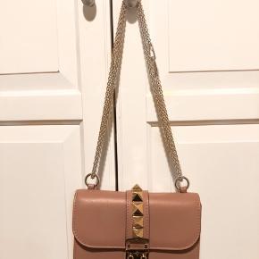Smuk pudderfarvet Valentino Garavani lock small leather shoulder bag med sølv kæde og lås. Næsten ubrugt og i næsten perfekt stand (9/10). Minimale ridser på låsen. Dustbag medfølger.   Flere billeder kan sendes.