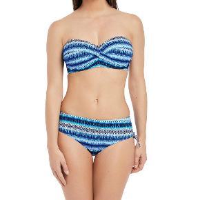 Varetype: Bikini 2018 Størrelse: 85I / xl Farve: Blå Oprindelig købspris: 850 kr.  Super flot bikini 2018, den har været med på ferie 1 gang og brugt 2 gange, så et godt køb.   Billede viser top uden stropper, men min er med stropper.  Se billeder  Bud fra 400,- pp