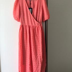 Fin slå-om-kjole fra Y.A.S. i farven Peach Melba. Aldrig brugt. Stadig med prismærke.