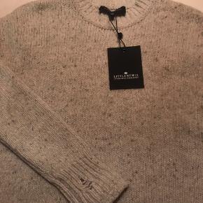 Lækker ubrugt Strik trøje med cool hul-effekter. skøn blød kvalutet - tænker det er uld og ludt cashmere ( ikk mærke i da købt på Lagersalg)  str 12 år til den lille side
