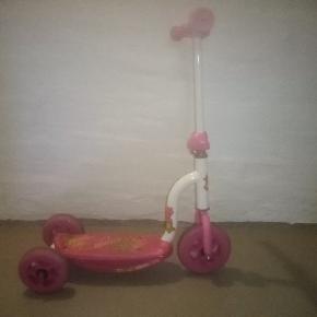 Trehjulet lyserød løbehjul til små piger. Den er brugt men virker stadig fin.