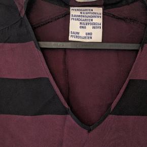 Fin bordeaux og sort stribet kjole fra Baum und pferdgarten. Sømmen i bunden er gået op, derfor den lave pris