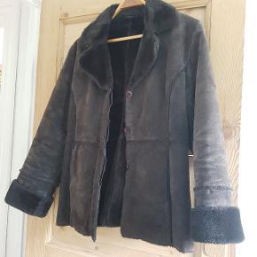 Meget fin vintage skindjakke. Størrelse L men passer også S og M - afhængigt af hvordan man vil have den.