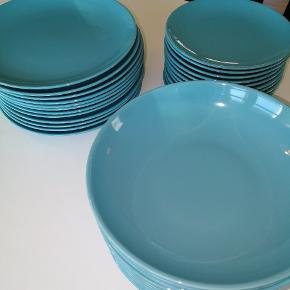 1 frokosttallerken med skår, ellers ser de andre ud som nye. Der er 12 dybe tallerkner, 12 middags og 12 frokosttallerkner.