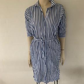 Blå og hvid stribet skjorte kjole. Aldrig brugt, har bare fjernet mærket. Med bælte. Kan passes af en str. 34-38 (xs-m)
