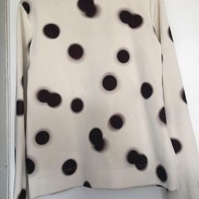 Billede 3 & 4 viser to pletter blusen desværre har. Derudover fejler den ikke noget.