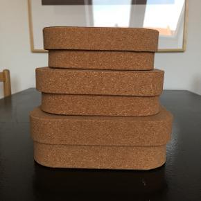 Opbevaringskasser / æsker / kasser / bokse i kork  Sammanhang fra IKEA  Store kasser: 20x16x7 cm  Mellem kasse: 18x14x6 cm Lille kasse: 16x12x5 cm  Aldrig brugt Nypris: 100 kr Prisen er fast