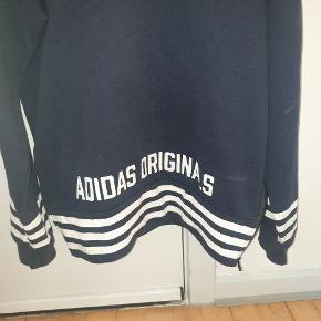 Fed Adidas Originals sweatshirt med lynlås i siden. Adidas butikken sagde, at det er meningen at den skal se lidt slidt ud i det hvide. Men det er lidt tvivlsomt, synes jeg. Jeg har kun brugt den omkring 5 gange.  Giv et bud.