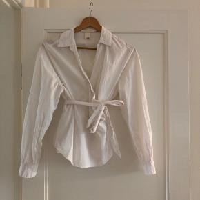 Hvid slå om skjorte fra H&M.