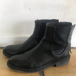 Chelsea boots i god stand. Størrelsessvarende.  Kan ses/prøves i Stenløse eller på Amager i dagtimerne efter aftale.