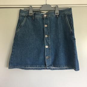 Denim nederdel fra Samsøe i str. L. Nederdelen er brugt og vasket et par gange, men der er ingen tegn på slid eller andet 😊
