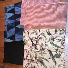 15 kr. pr. stk.   1 mørkeblå velour  I blåmønstret  2 lyserød velour  1 med fugle   Alle 50x50