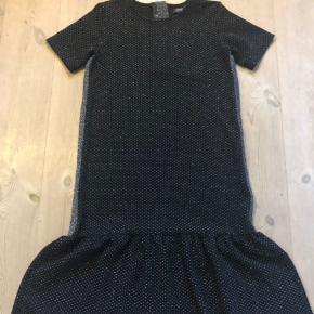 Fin kjole i sort med sølv glimmer og sølvbånd i siderne. I rigtig flot stand.