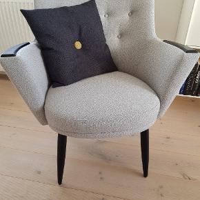 Mogens Hansen - stol no 2, retroinspireret - monteret med super flot grå uldstof fra Gabriel. Har sorte ben og armlæn i egetræ. Stolen står fuldstændig som ny. Seriøse bud modtages.