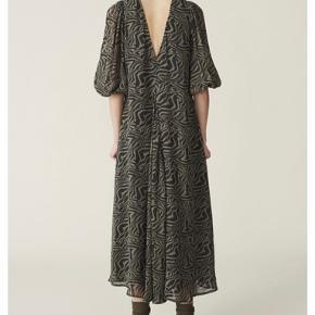 Luftig og let ganni kjole. Brugt 2 gange og derfor i god stand. Sælges da jeg ikke får gået med den. Oprindelig pris 1500kr - købt i Ganni :-)