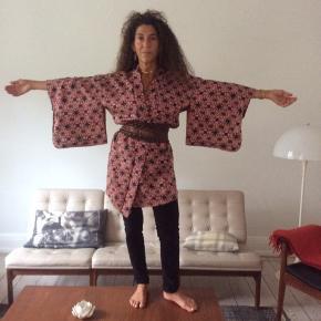 Håndsyet silkekimono. Købt i Berlin. Får den ikke brugt. Nypris 1500kr