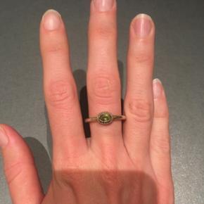 Smuk forgyldt Carré ringe i Sterlingsølv med ukendt grøn krystalsten. Kender ikke størrelsen, men den indre diameter er 1,7 cm. Den kan godt bruge en ny forgyldning. Den har små brugsspor, men er stadig meget smuk. Æske medfølger.