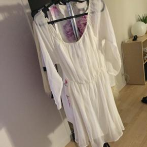 Hvid sommer kjole fra Nelly sælges. Str 34, sælges billigt. Er til at forhandle med 🌸
