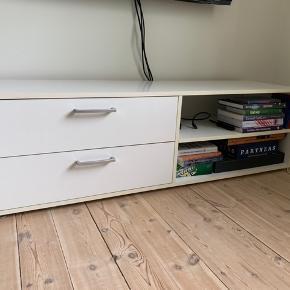 Tv-møbel i hvidt med to skuffer i venstre side og to åbne rum i højre side. Sælges udelukkende pga. pladsmangel.  Kommer uden indhold 😉
