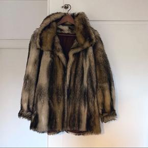 Flot faux fur jakke i oversize look. Kan passe alt fra en S-XL alt efter hvordan man vil have den fitter. Angivet str. 12  Lukkes med hægter