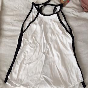 Populær hvid top med sorte kanter, uden ærmer, med kig til ryg 3 dele, billigste gratis