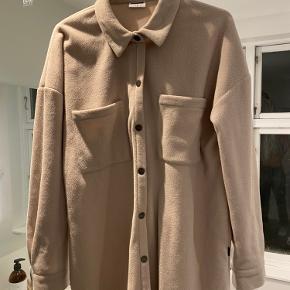 Lækreste vamsede skjorte med sejt oversize fit og i det blødeste fleece-agtigt materiale. Ny! Sælges billigt.