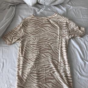 Zebra mønsteret t shirt fra hm, brugt 1 gang Lavet i blødt, tyk bomuld, lidt sweater agtigt  Np: 250kr Mp: 90kr