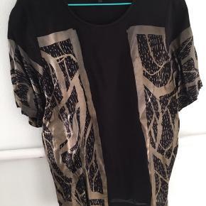 Super fin t-shirt med guld print, der dog er lidt falmet. Str M men passer en XS/S