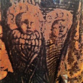 Brand: Laurèl - Engle design Varetype: bluse - Skønt engle print Størrelse: M/L Farve: gyldne  Virkelig fascinerende engle print , på tyl agtigt net stof i poly / polyamid . Måler ca 50 x2 = 100 cm i brystvidde . Længde ca 54 cm og ærmer ca 55 cm .