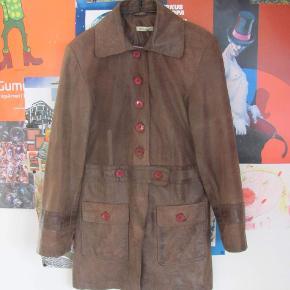 Vintage læderjakke med røde klapper, går til mit på låret:)
