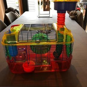 Rigtig fin hamster bur med meget tilbehør så som madskål-sandbadekar- drikkeflaske -løbehjul- og rør med ufotop