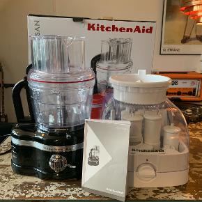 KitchenAid Artisan food processor 4 liter (Model 1644EOB) i sort sælges pga plads mangel  Den er brugt .maks 3 gange, så den er som nyt. Købt fra Wupti hvor den står til salg til salg lige nu til 5000 kr https://www.wupti.com/produkter/husholdning/kitchenaid/foodprocessorer/kitchenaid-1644eob-foodprocessor?productGroupId=1656  Afhenting i Kbh K efter aftale.  Alt medfølger, inkl originale boks:  650W Omdrejningshastighed: 700 på speed 1 og 1600 på speed 2 Støbt aluminium 4 L skål, 1 medium og en mini-skål Snittekit (8 mm) Induktionsmotor med 20 års garanti Eksternt justerbar snitteplade til at justere tykkelsen Optimeret snittehastighed: Speed 1 til bløde ingredienser, Speed 2 til hårde indgredienser; Puls til valgfrit interval Ekstra bred 3-i-1 tragt - snitter og river vandret eller lodret H x B x D: 45,7 x 30,4 x 24,8 cm Vægt: 13,6 kg 3 års garanti og 10 års garanti på motoren.  Tilbehør: - 3 skåle (4 liter, 2,4 liter, 1 liter) - 1 multifunktionskniv - 1 minikniv - 1 dejkrog - Piskeris - Justerbar snitteplade - Vendbar riveplade - Parmesanjern - Pommesfirtesjern - Kit til tern - 8 mm - Citruspresser - Kompakt opbevaringboks  Unik Artisan foodprocessor fra KitchenAid i støbt aluminium. Modellen er med induktionsmotor med hele 10 års garanti på motoren. Den er med eksternt justerbar snittekontrol. Det betyder at du kan justere tykkelsen fra tynd til tykt unden af afmontere kniven. Når snittepladen er monteret, indstilles snittekontrollen blot til den ønskede snittetykkelse - der er ikke brug for at tage låget af eller slukke for foodprocessoren. Til Artisan foodprocessoren medfølger 3 skåle og praktisk kit til udskæring af tern. Med dette kit kan du få perfekte tern af friske grøntsager, frugt og ost til brug i salater eller andet.