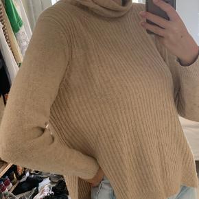 Lækker uldsweater fra ganni. Den er brugt godt og lidt nusset men er stadig flot og blød. Str er xs, men vil også sige en S kan passe den
