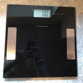 Badevægt sælges. Fejler intet. Måler også BMI, fedtprocent mm.