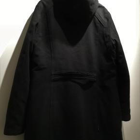 Lækker Merrell Opti Warm duffel frakke til kvinden der fryser meget eller som vil ud og nyde naturen om vinteren. Størrelse XL, som svarer til str. 46. Lavet af 100% polyester med lækkert quiltet for.  Lukkes med lynlås og duffelknapper. Jakken er lavet med Merrells specielle nanoteknologi, som gør den utrolig isolerende, samt vind- og vandtæt. Jeg har kun brugt den når det har været meget koldt, så den bærer ikke mange spor af slid. Både ærmekanter og kraven er pæne. Sælges da den er blevet for varm i storbyen.