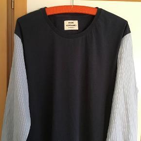Lækker bluse i bomuld. Måler fra ærmegab til ærmegab 61 cm. Længden 75 cm.