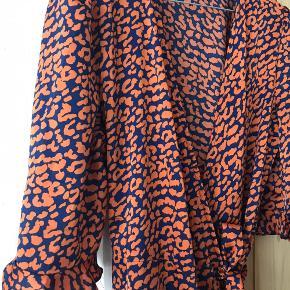 Fin bindekjole med leopard-print 🐆