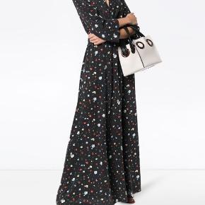 """""""Nolana"""" silkekjole fra Ganni, aldrig brugt og med tags. Perfekt til galla, bryllup, konfirmation, barnedåb og forårets øvrige begivenheder😉 Nypris: 4000"""